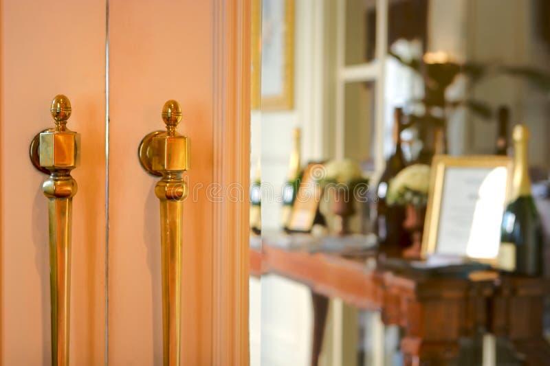 Puertas que llevan en un restaurante elegante foto de archivo libre de regalías