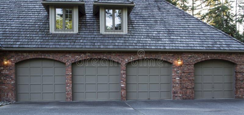Puertas residenciales del garage foto de archivo libre de regalías