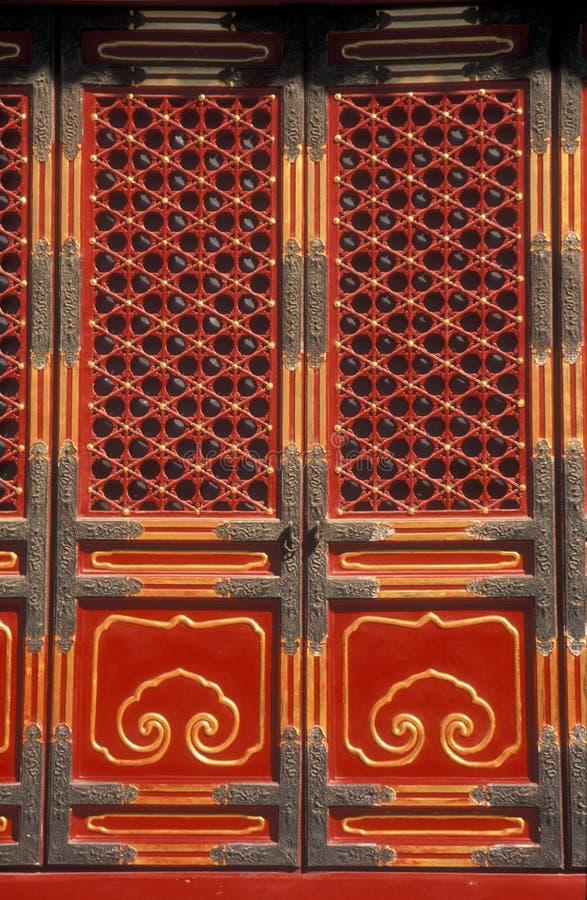 Puertas rojas adornadas fotos de archivo