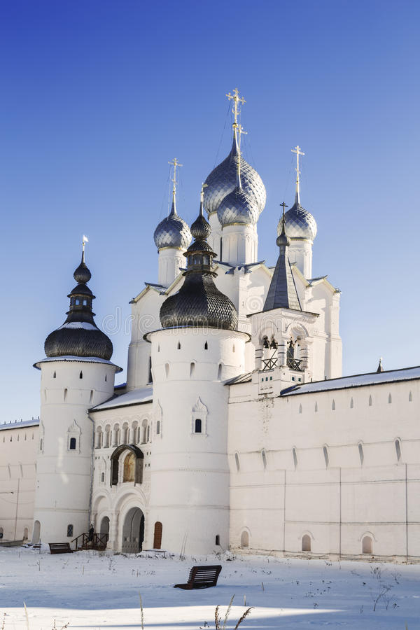 Puertas santas, la iglesia de la resurrección y pared del Kremlin del Rostov Veliky fotos de archivo