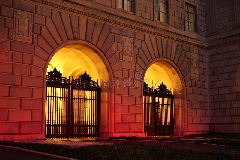 Puertas silueteadas por resplandor caliente imagen de archivo