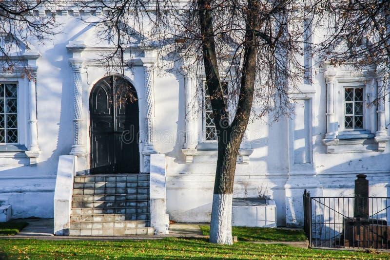 Puertas, sombras y un árbol imagenes de archivo
