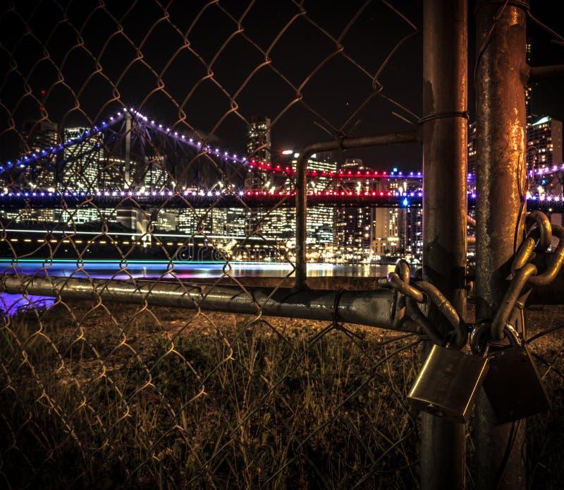Puertas sucias con la cerradura en fondo del paisaje urbano imagenes de archivo