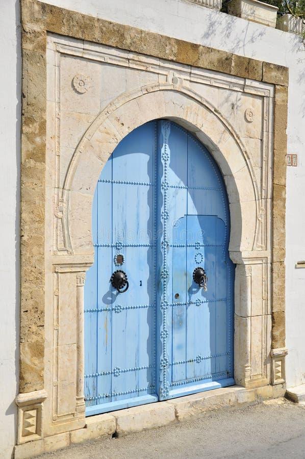 Puertas tunecinas cerradas azules imagenes de archivo