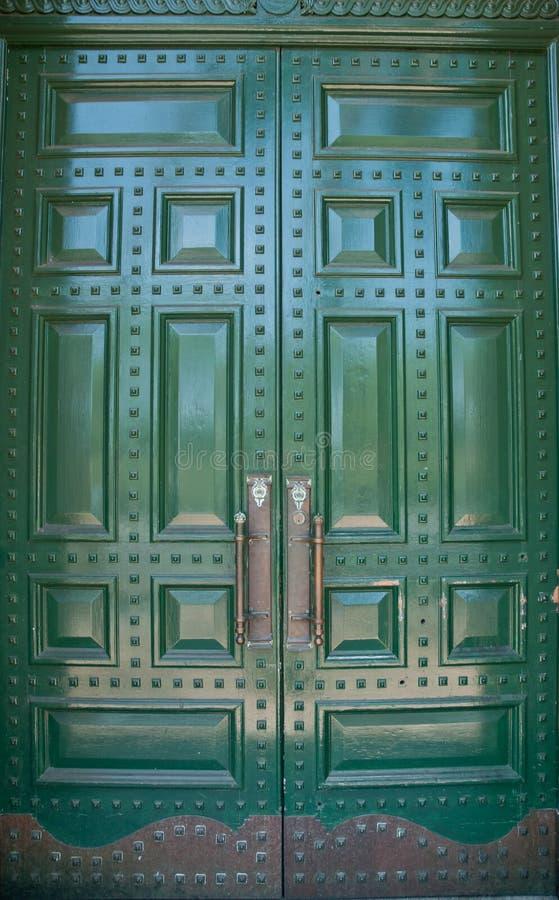 Puertas verdes metálicas grandes fotos de archivo