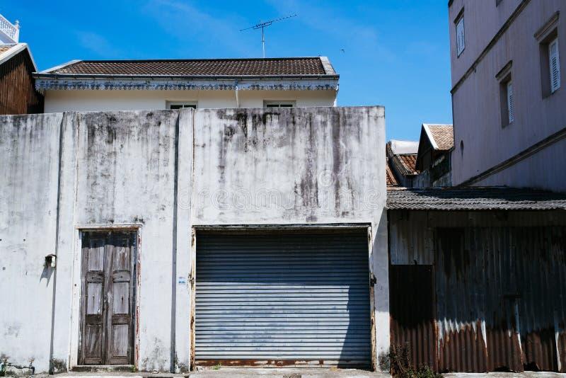 Puertas viejas azules del garaje del metal fotos de archivo libres de regalías