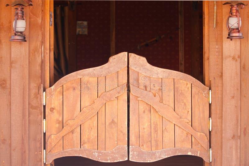 Puertas viejas del salón foto de archivo libre de regalías