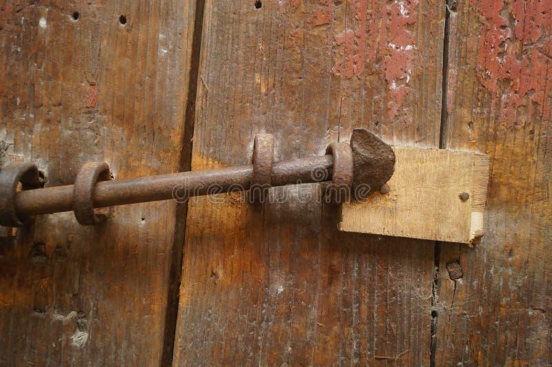 Puertas y cerraduras de madera en una casa vieja fotos de archivo libres de regalías