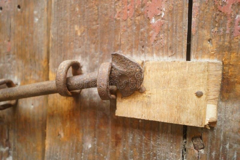 Puertas y cerraduras de madera en una casa vieja imagenes de archivo