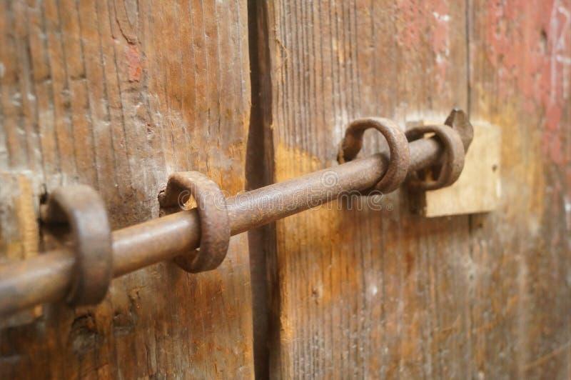 Puertas y cerraduras de madera en una casa vieja imagen de archivo