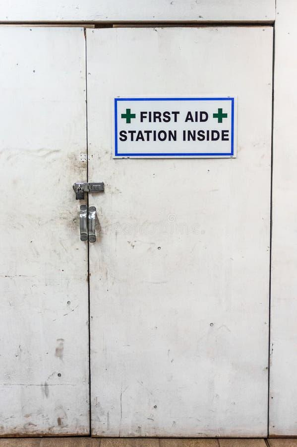 Puertas y muestra blancas sucias temporales de la estación de primeros auxilios en el emplazamiento de la obra fotografía de archivo libre de regalías