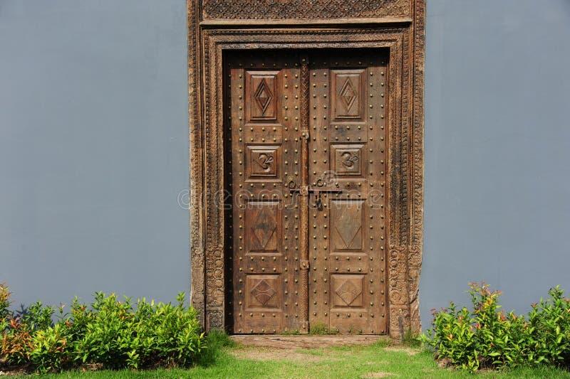 Puertas y pared de madera del vintage imagenes de archivo