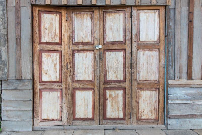 Puertas madera antiguas puerta de frente en madera for Puertas y ventanas usadas en rosario