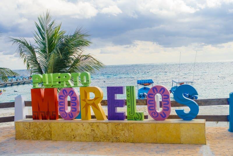 Puerto莫雷洛斯州,墨西哥- 2018年1月10日:室外看法puerto莫雷洛斯州巨大的信件在公园在Puerto 免版税库存图片