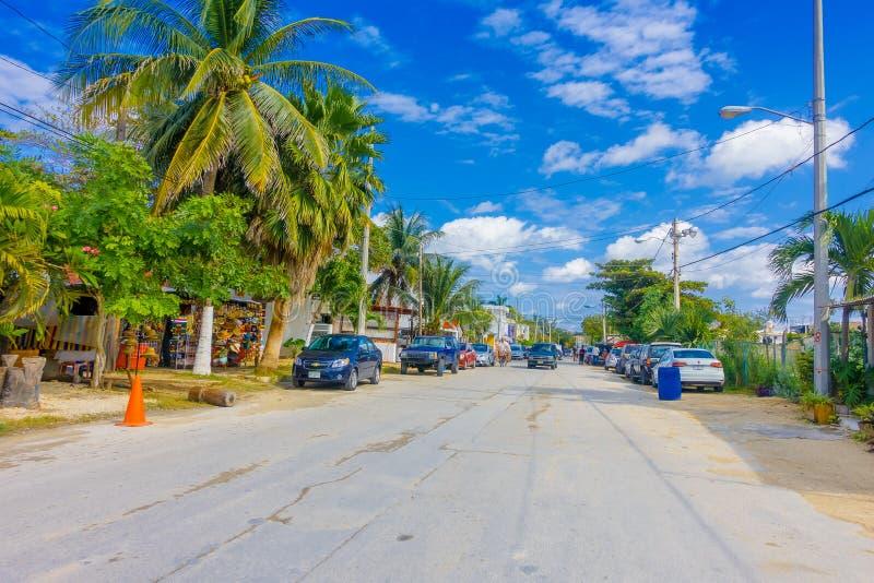 Puerto莫雷洛斯州,墨西哥- 2018年1月10日:有些房子美好的室外看法有许多汽车的在街道停放了  免版税库存图片