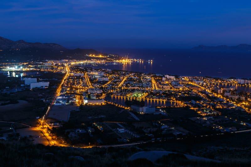 Puerto Alcudia en la noche imagen de archivo