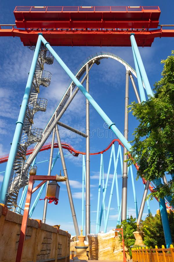 Puerto Aventura, Shambhala y Dragon Khan del parque sin los turistas, solamente roller coaster foto de archivo