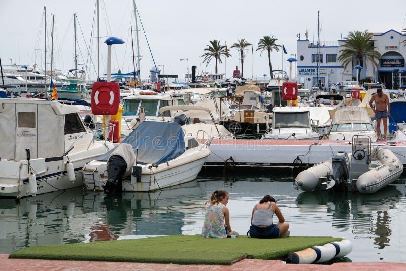 PUERTO BANUS, ANDALUCIA/SPAIN - 6-ОЕ ИЮЛЯ: Взгляд гавани внутри стоковая фотография