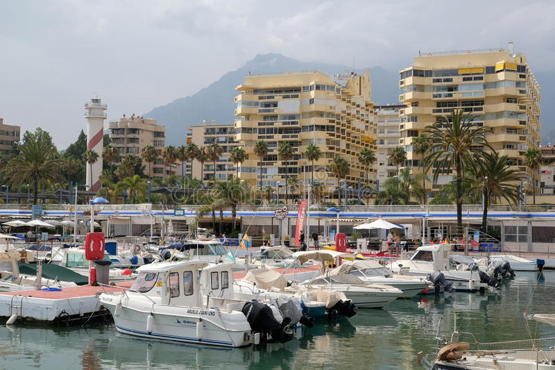 PUERTO BANUS, ANDALUCIA/SPAIN - 6 JUILLET : Vue du port dedans images libres de droits