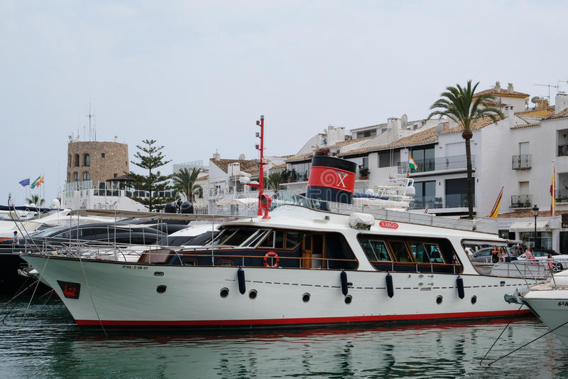 PUERTO BANUS, ANDALUCIA/SPAIN - 6. JULI: Ansicht des Hafens herein lizenzfreie stockfotos