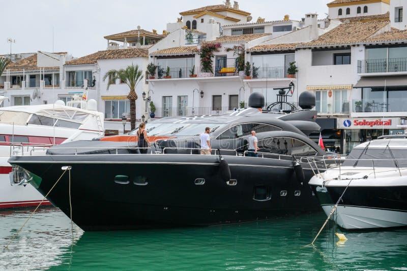 PUERTO BANUS, ANDALUCIA/SPAIN - 6. JULI: Ansicht des Hafens herein stockbilder