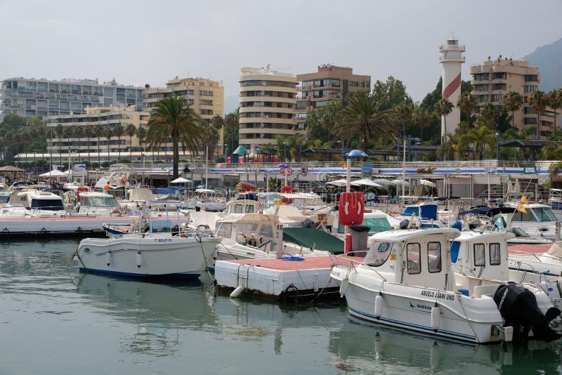 PUERTO BANUS, ANDALUCIA/SPAIN - LIPIEC 6: Widok schronienie wewnątrz obrazy stock