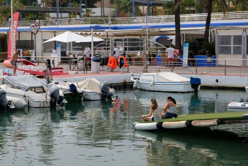 PUERTO BANUS, ANDALUCIA/SPAIN - LIPIEC 6: Widok schronienie wewnątrz obrazy royalty free