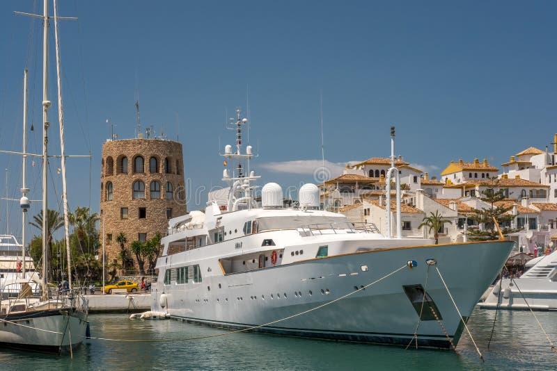 PUERTO BANUS, ANDALUCIA/SPAIN - MAJ 26: Sikt av en lyxig yacht arkivfoton