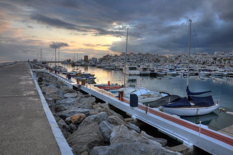 Puerto Banus en la puesta del sol, Costa del Sol, España imagenes de archivo