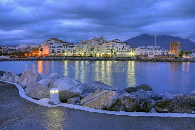 Puerto Banus entro la notte, Costa del Sol, Spagna immagini stock