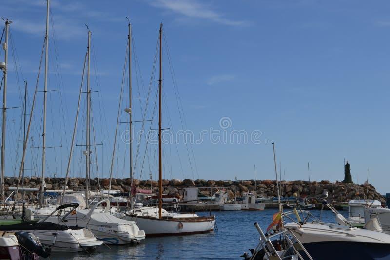 Puerto, barcos y naves de San Jose en el parque natural de Cabo de Gata cerca de Almería, España fotografía de archivo libre de regalías