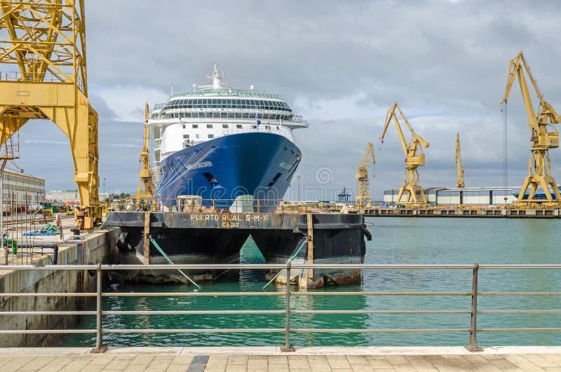 Puerto comercial de Cádiz con las grúas del carril, los envases y una nave fotografía de archivo libre de regalías
