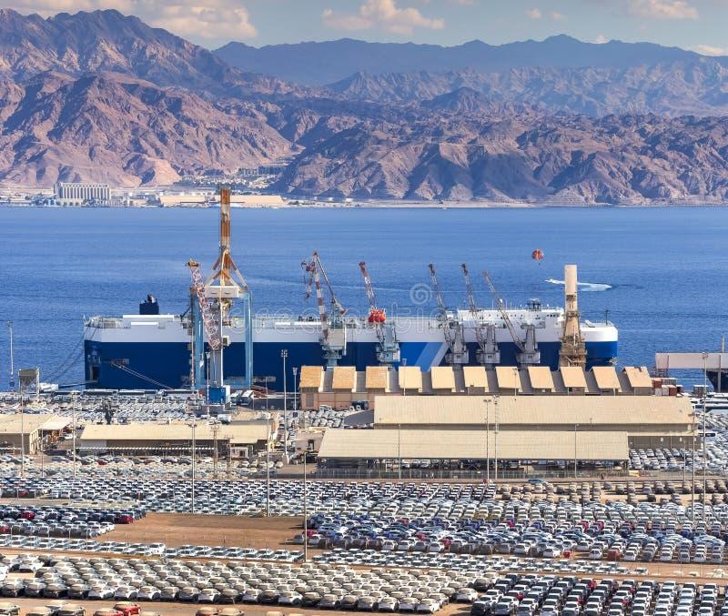 Puerto comercial del cargo marino con los nuevos coches en Eilat, Israel fotografía de archivo
