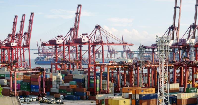 Puerto comercial del envase en Hong Kong en el verano foto de archivo