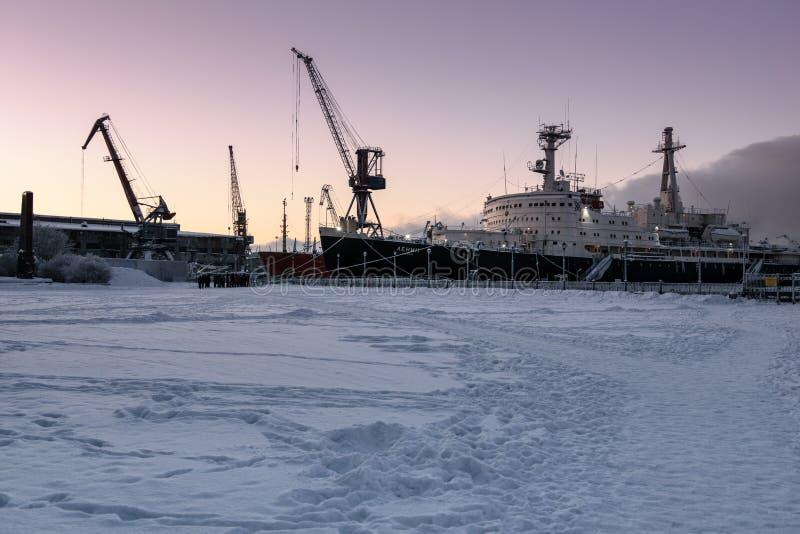 Puerto comercial y ` atómico de Lenin del ` del rompehielos en Murmansk, Kola Peninsula, Rusia imagen de archivo libre de regalías