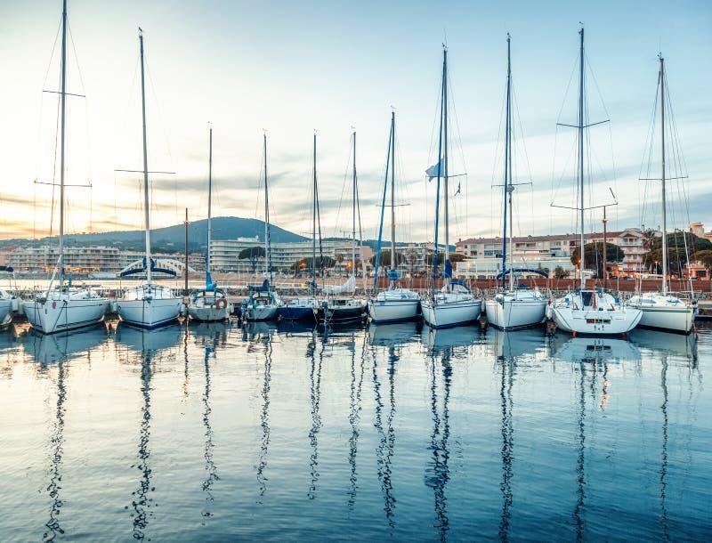 Puerto con los barcos y los yates en el ` Azur de Cote d en Francia en su imagen de archivo
