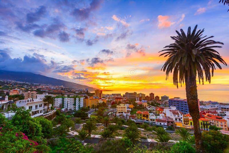 Puerto de Ла Cruz, Тенерифе, Канарские острова, Испания: Взгляд над городом на времени захода солнца стоковая фотография rf