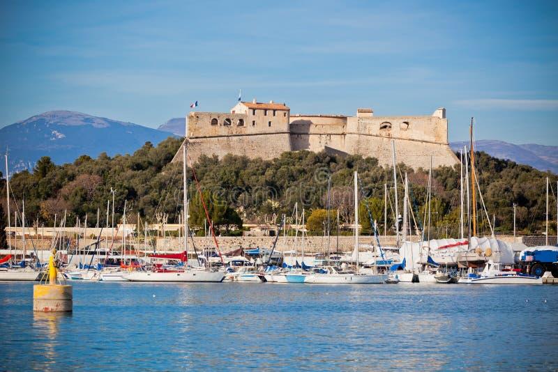 Puerto de Antibes, Francia, con los yates y el fuerte Carre imagenes de archivo