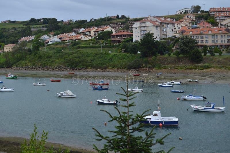 Puerto de barcos pesqueros en el estuario del río de Gandarilla en San Vicente de la Barquera 25 de agosto de 2013 La de San Vice imagenes de archivo