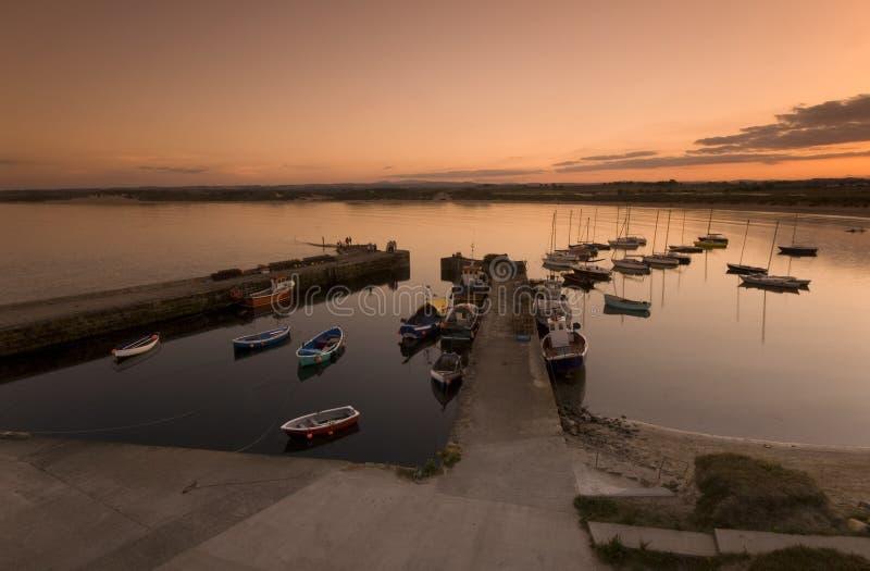 Puerto de Beadnell en la puesta del sol foto de archivo libre de regalías
