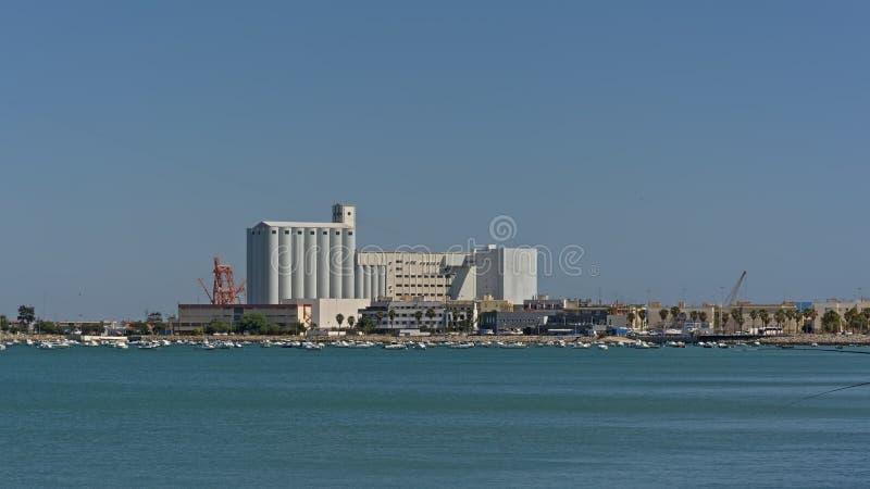 Puerto de Cádiz con el silo y edificios industriales y grúas fotografía de archivo