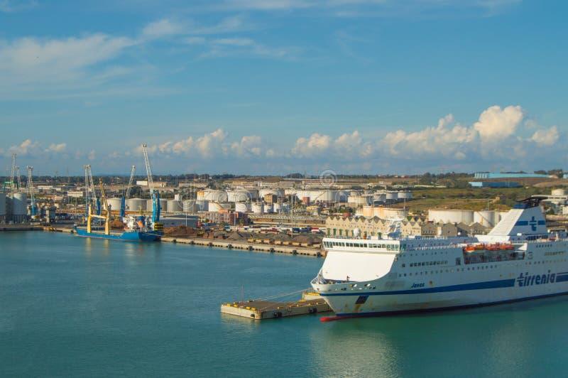 Puerto de capital de Civitavecchia-the de Roma, un puerto importante del cargo para el transporte marítimo en Italia, el 7 de oct imágenes de archivo libres de regalías