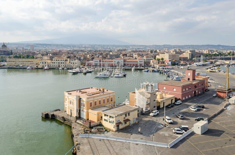 Puerto de Catania con el puerto deportivo y la terminal de viajeros fotografía de archivo libre de regalías