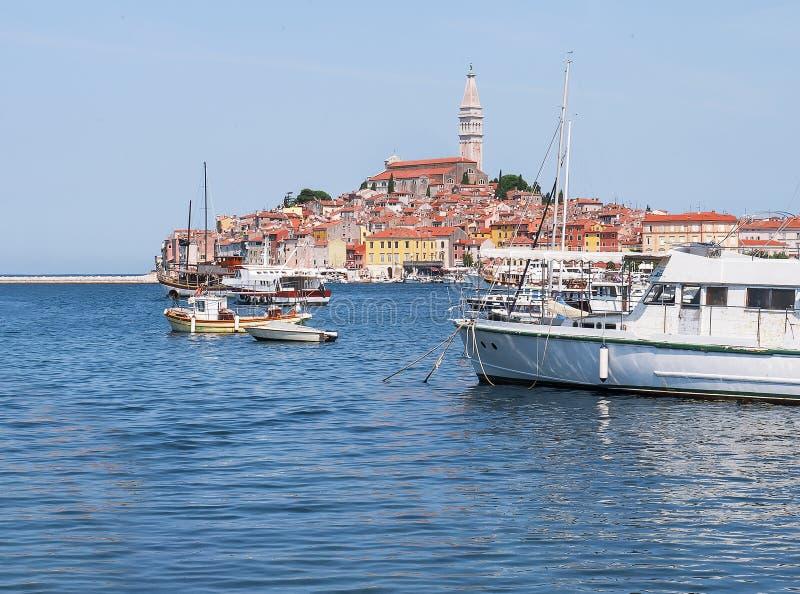 Puerto de centro viejo con los barcos de pesca durante un día de verano Vista brillante romántica maravillosa del Rovinj medieval foto de archivo