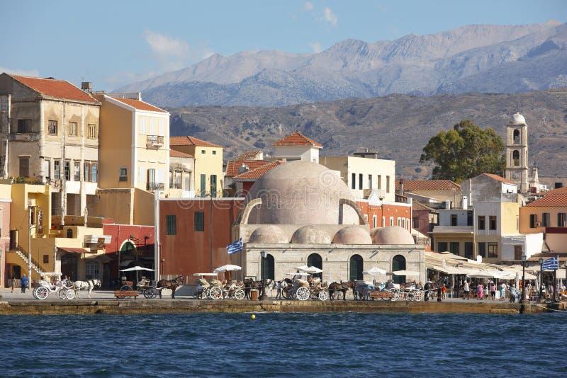 Puerto de Chania con los edificios antiguos de los venetians crete fotografía de archivo libre de regalías