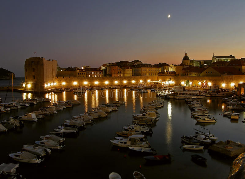 Puerto de Dubrovnik por noche fotos de archivo
