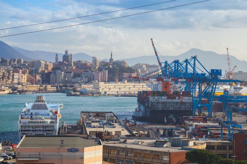 Puerto de G?nova con las naves amarradas fotos de archivo libres de regalías