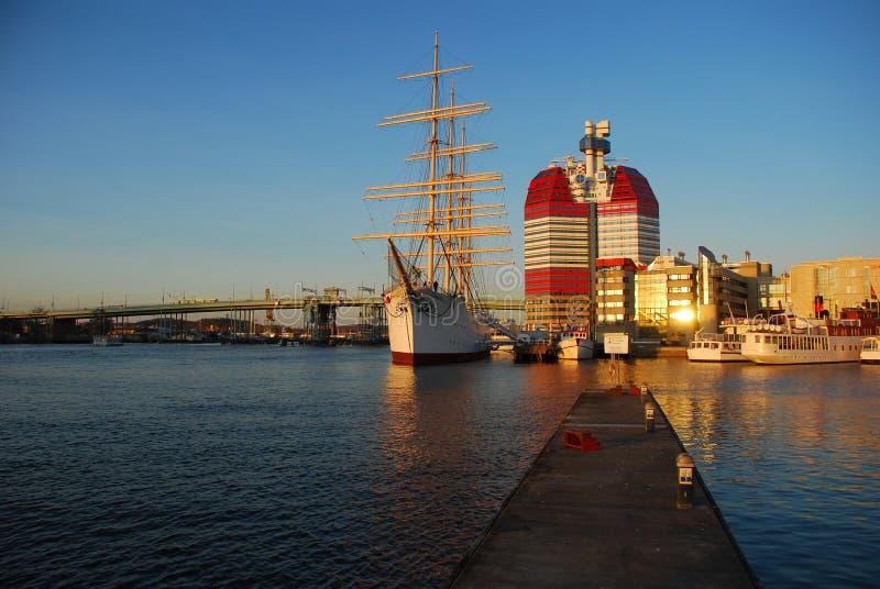 Puerto de Göteborg (Gothenburg). Puesta del sol foto de archivo