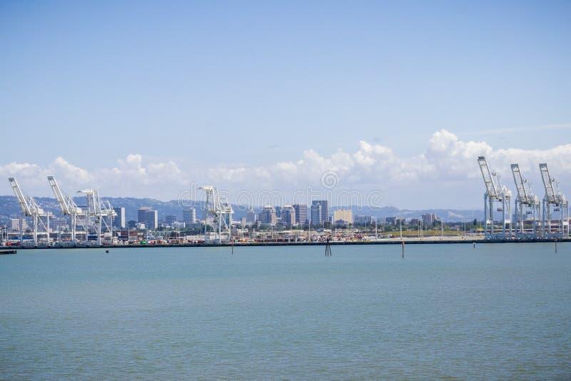 Puerto de grúas de Oakland, centro de la ciudad en el fondo, área de la Bahía de San Francisco, California de Oakland imagen de archivo