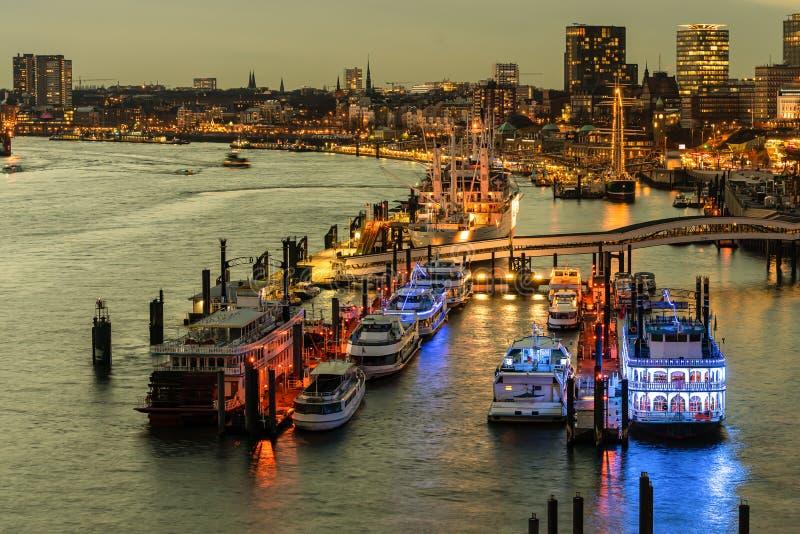 Puerto de Hamburgo en la tarde de una visión superior imágenes de archivo libres de regalías